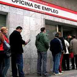 cola_solicitantes_trabajo_oficina_empleo.jpg