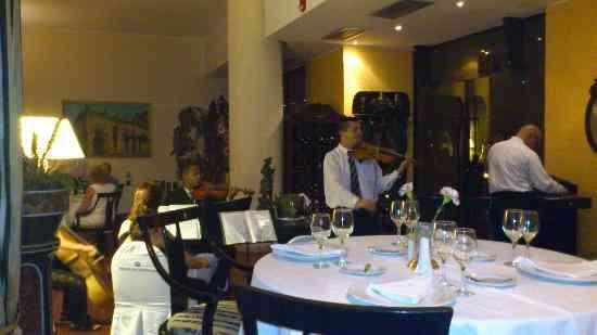 cena con musica en el