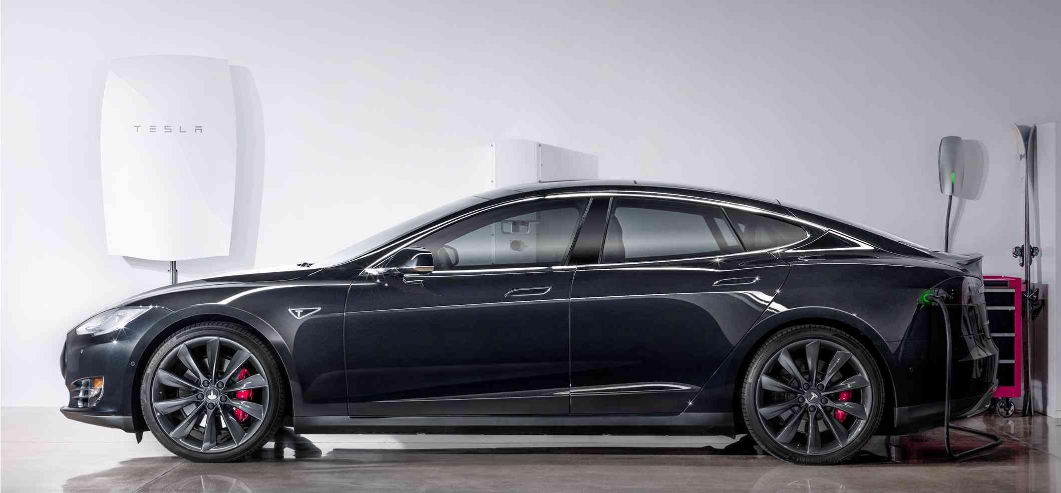 modelo de bateria tesla powerwall y un coche