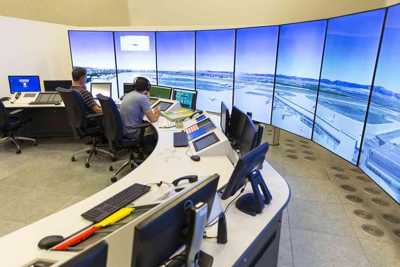 Sofia, Bulgaria - 12 de septiembre de 2016: Controladores aéreos trabajan en la torre de control de vuelo en el aeropuerto de Sofía.