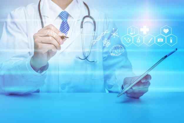 cerca doctor mostrando datos analisis medicos concepto tecnologia medica 33799 4451