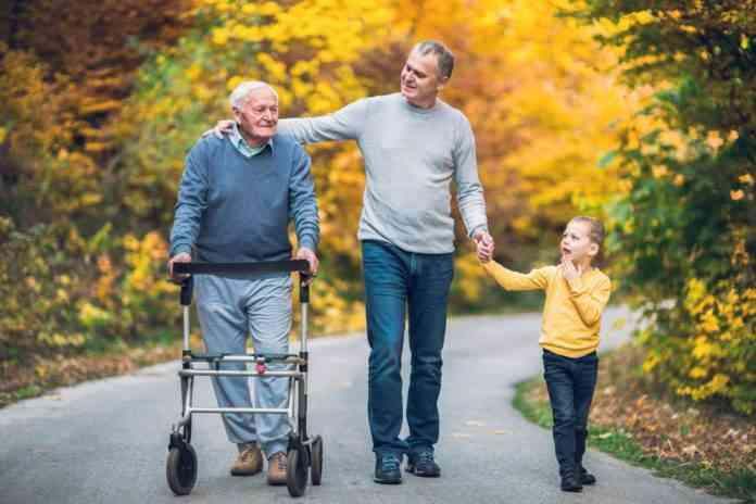 padrhijos la generacion que tendra que cuidar a la vez de sus padres y de sus hijos
